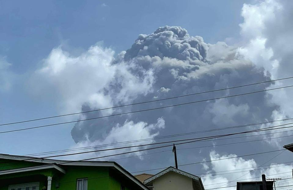 TOPSHOT-StVincent-volcano-EVACUATION