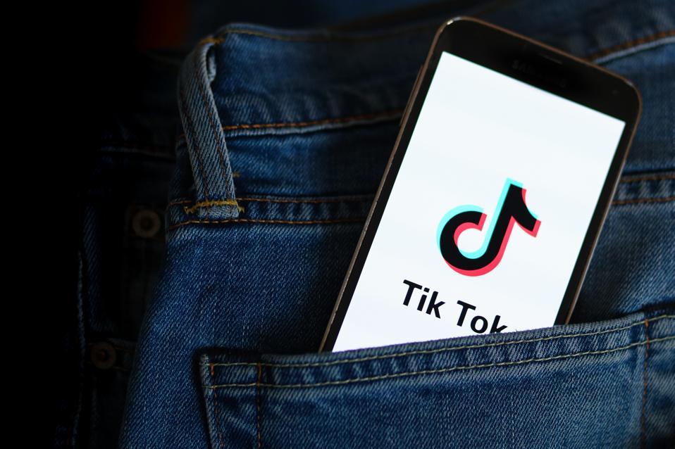 Dans cette illustration photo, un logo Tik Tok vu affiché sur ...