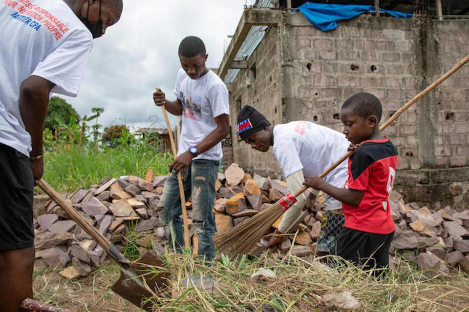 Every Saturday morning, a group of children and teenagers meet to clean the streets of their neighborhood with shovels, brooms and wheelbarrows. The older ones cut the grass with machetes, the smaller ones clean the ground with small wooden brooms.