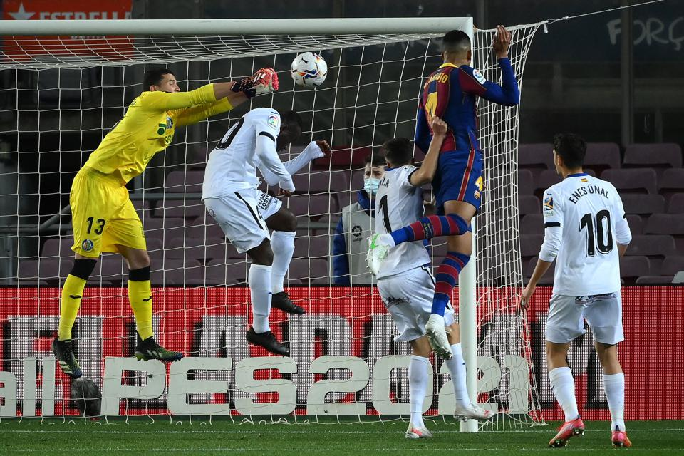 Barcelona defender Ronald Araújo heads in Barcelona's fourth La Liga goal against Huesca.