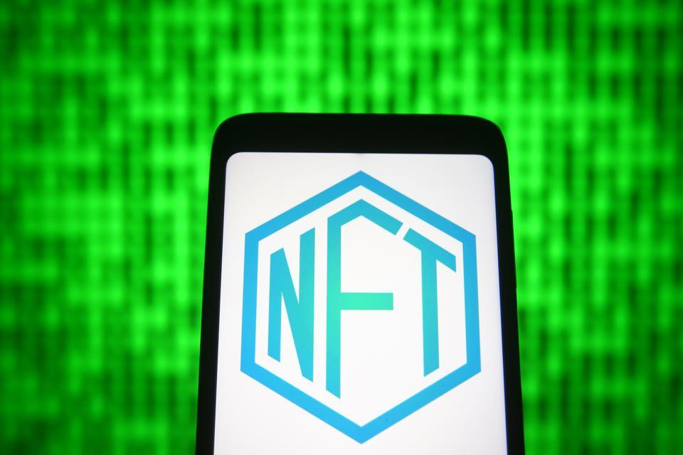 En esta ilustración fotográfica, un letrero NFT (token no fungible) ...