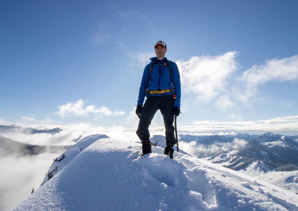 Homme au sommet du sommet de la montagne