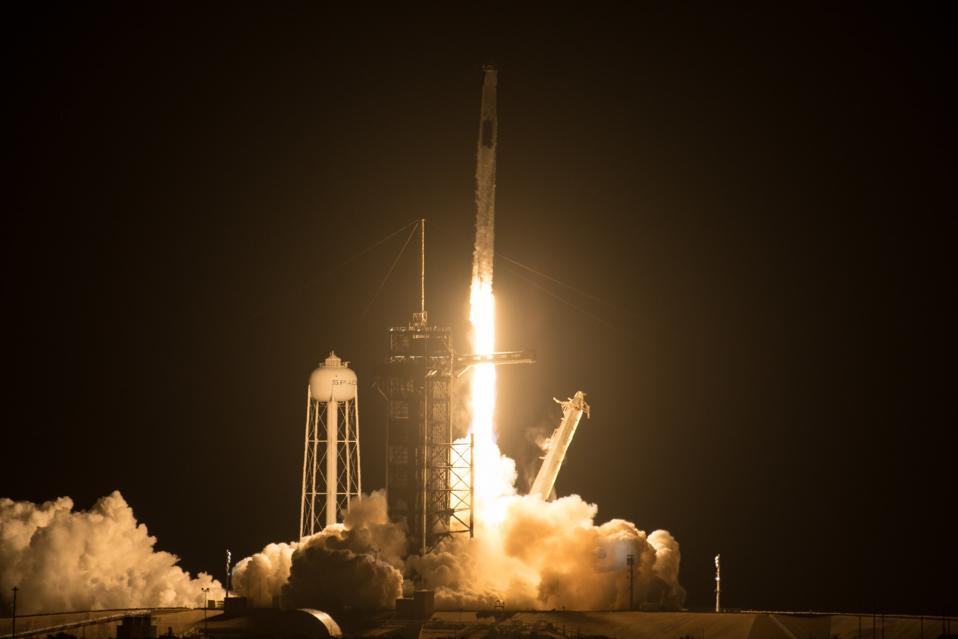 Il razzo SpaceX Falcon 9 che trasportava il veicolo Crew Dragon della compagnia è stato lanciato sulla missione SpaceX Crew-2 della NASA verso la Stazione Spaziale Internazionale con gli astronauti della NASA Shane Kimbro e Megan MacArthur, l'astronauta dell'Agenzia Spaziale Europea Thomas Pesquet e la Japan Space Exploration Agency (JAXA) Akihiko Hoshid è a bordo, venerdì 23 aprile 2021, al Kennedy Space Center della NASA in Florida.  Crediti: NASA