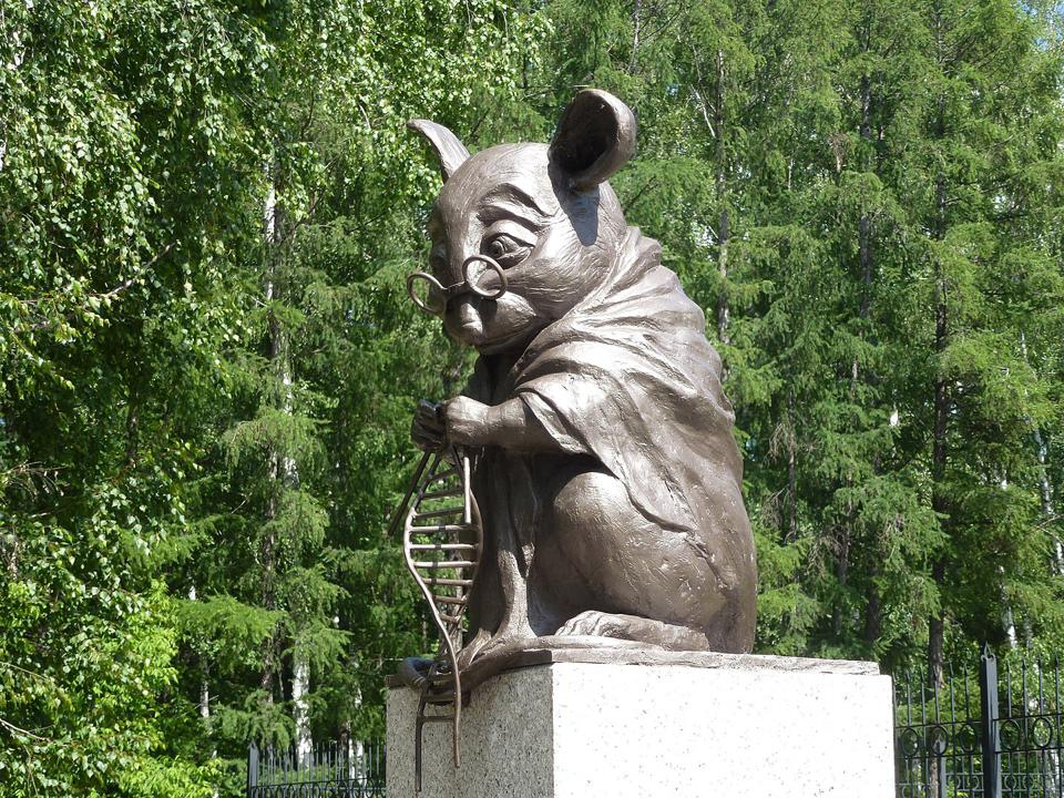 Color photo of bronze mouse statue