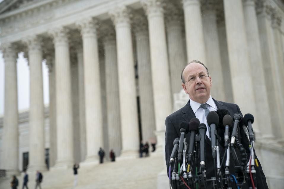 Des militants se rassemblent alors que la Cour suprême entend des arguments sur l'affaire de contrôle des armes à feu à New York