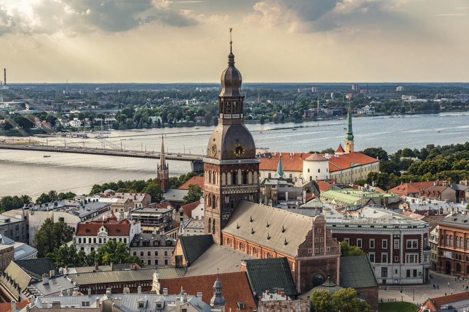 Riga, Lettonia - Struttura urbana con cattedrale, castello e ponte Vance