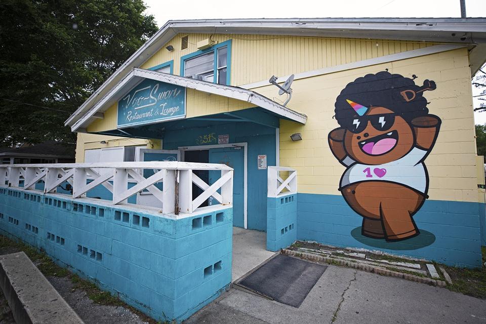Voo-Swar Restaurant and Lounge with freshly painted mural in Atlantic Beach, FL.