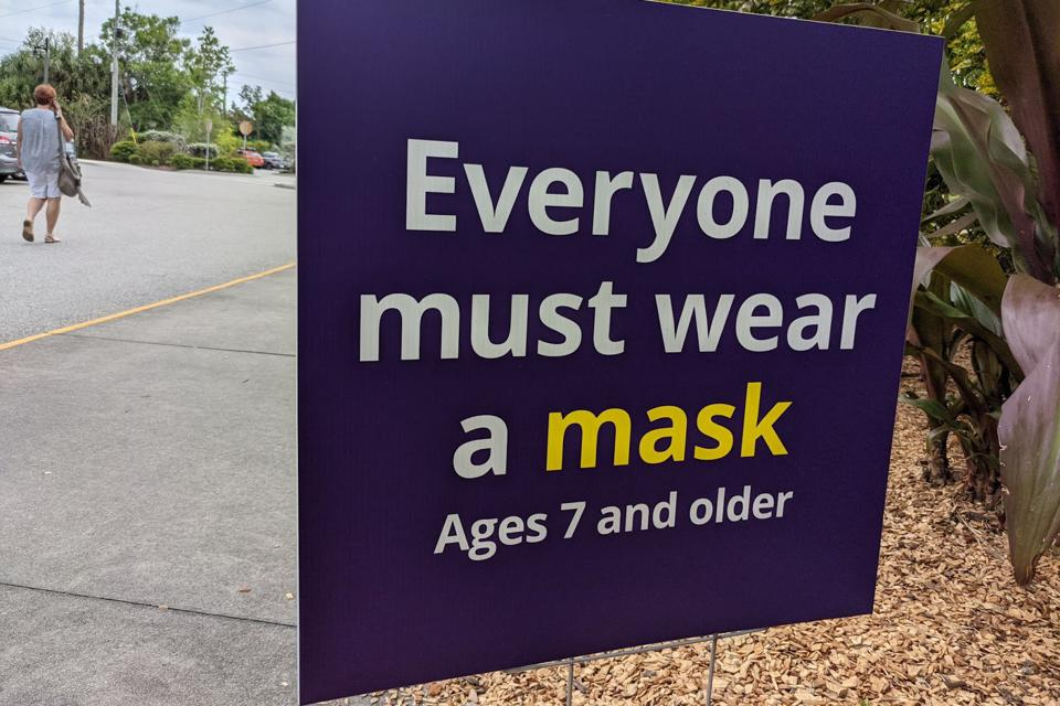 A sign warns visitors to the Brevard Zoo to mask up.