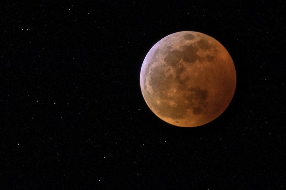 Η πρώτη συνολική σεληνιακή έκλειψη από τον Ιανουάριο του 2019 εμφανίζεται απόψε