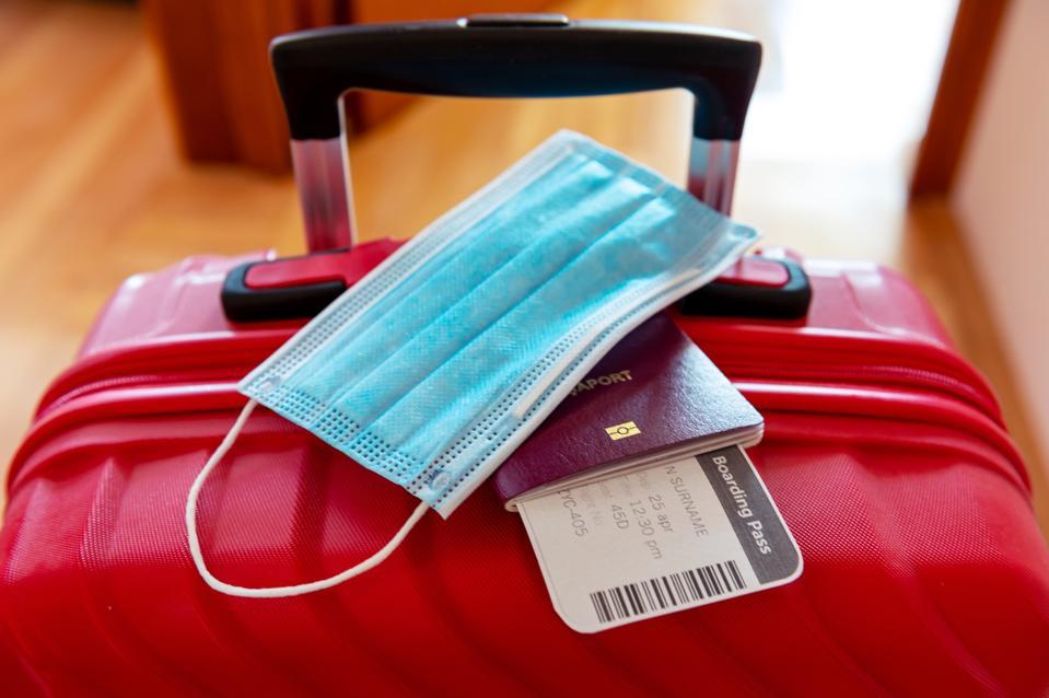 Masque de protection du visage sur le passeport et le billet d'embarquement