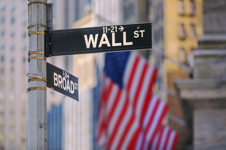 Wall Street Sign à New York avec des drapeaux américains en arrière-plan