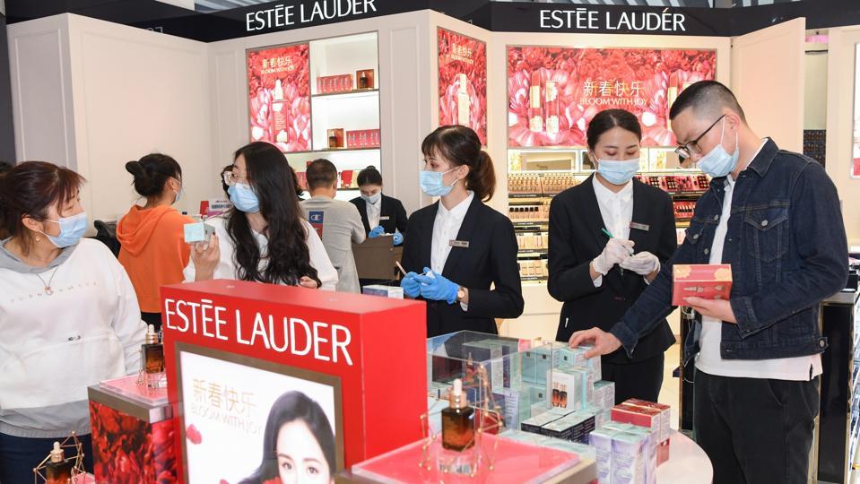 Customers Visit Duty-free Shops In Hainan