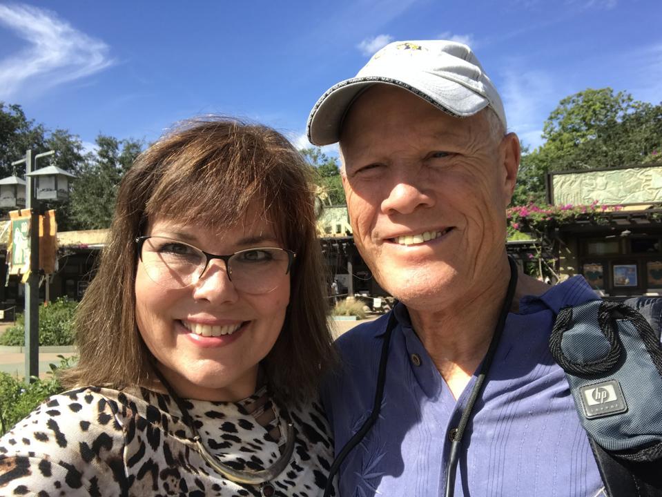 Une femme (à gauche) et un homme (à droite), posant pour un selfie.