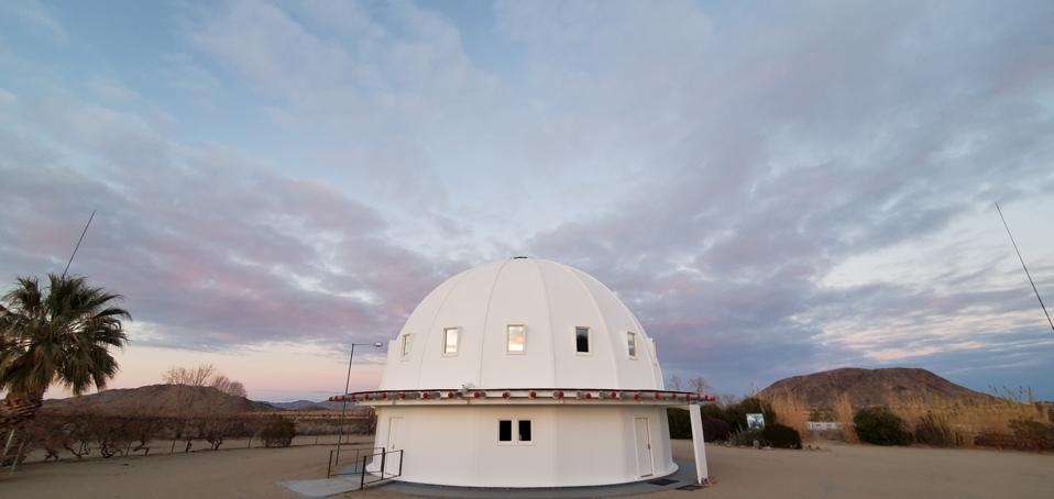 Integratron, le bâtiment du dôme où se déroule le bain sonore.  Landers, Californie