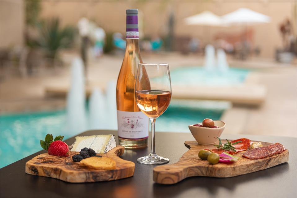 Au Persimmon Bistro, de la charcuterie et des Côtes de Provence sont servis, à la manière de Palm Springs.