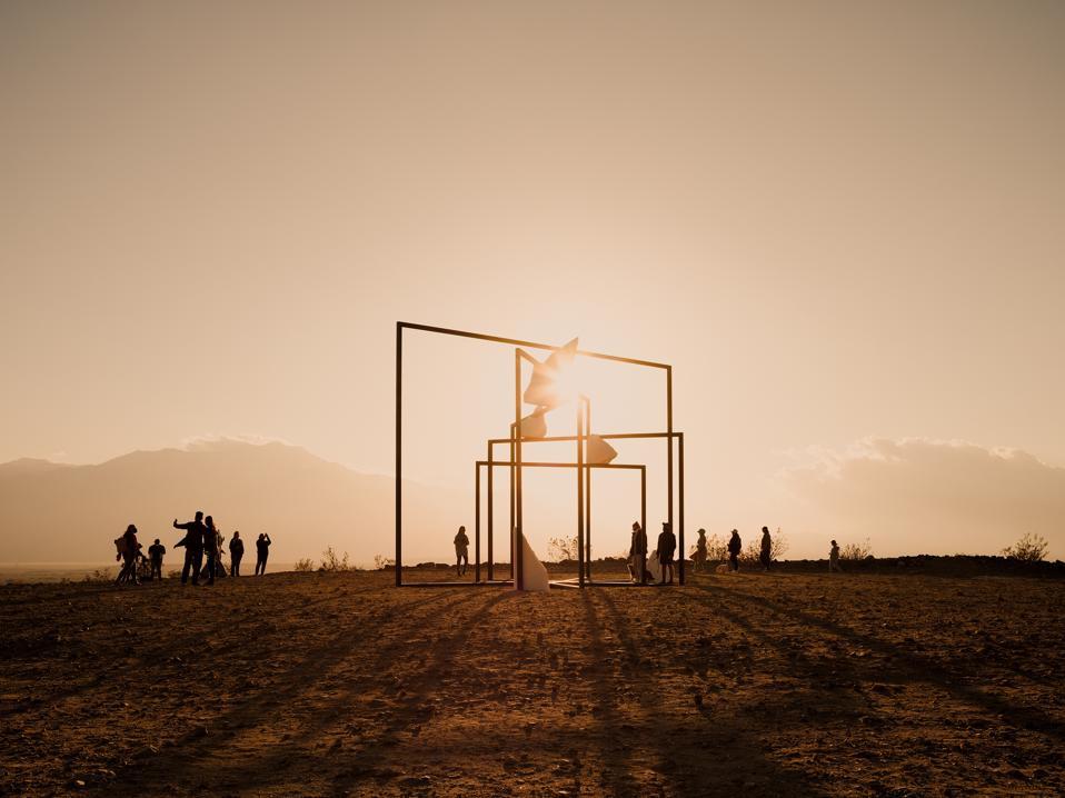 L'installation artistique d'Alicja Kwade, ParaPivot (nuages sempiternels) à Desert X.