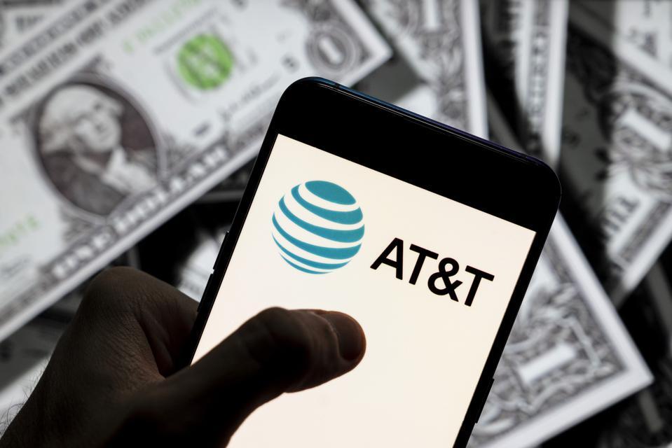I denne fotoillustrasjonen vises en AT & T-logo vist på en ...