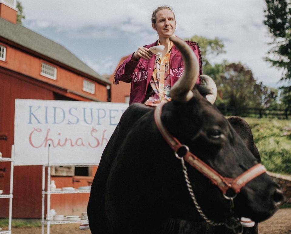 KidSuper-grunnlegger Colm Dillane på en okse