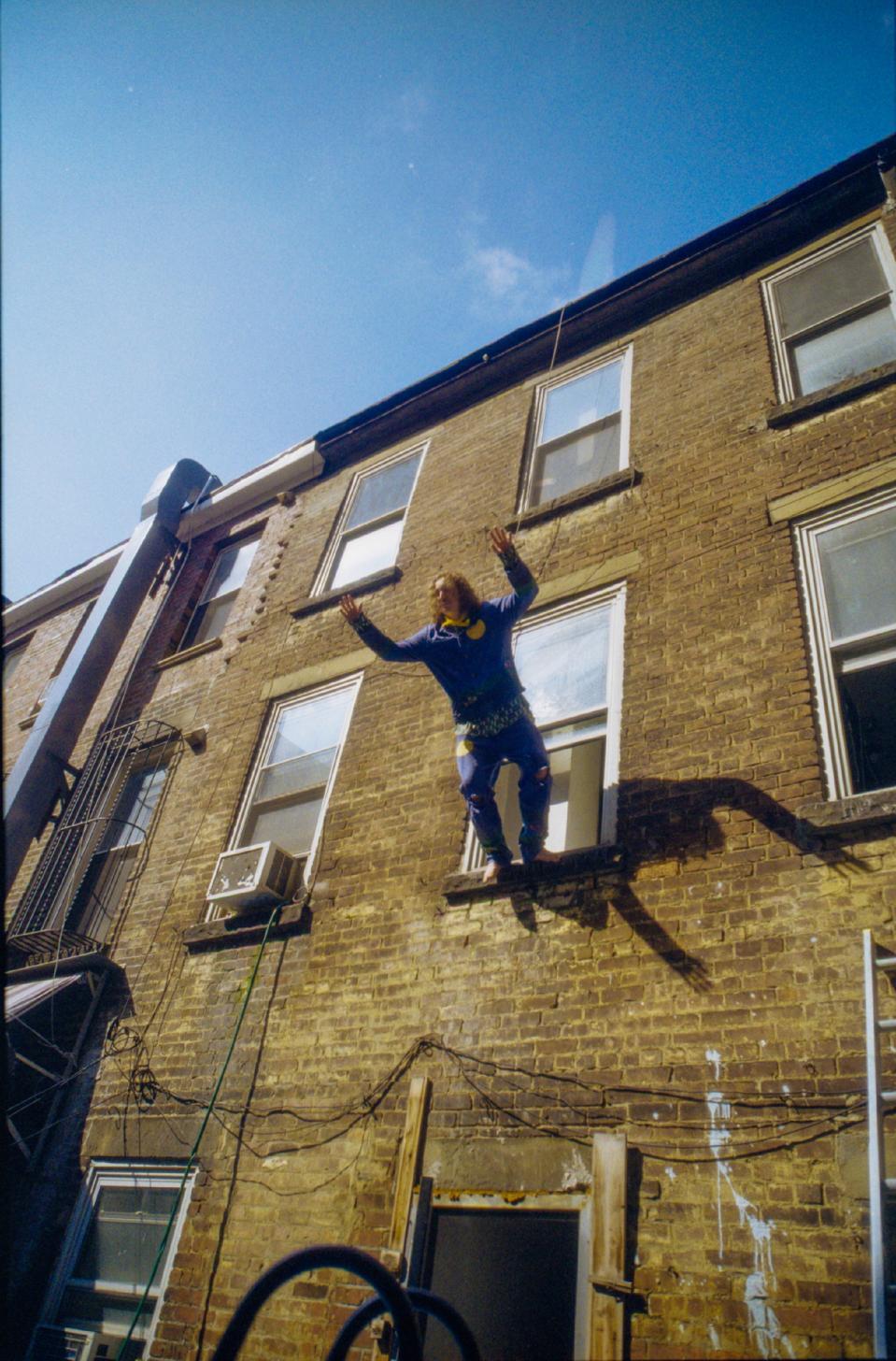Le fondateur de KidSuper, Colm Dillane, est Colm Dillane de KidSuper alors qu'il saute par la fenêtre.