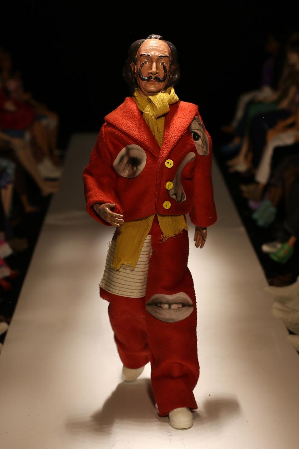L'artiste Salvador Dali interprété par Dillane sur une poupée Barbie pour son défilé printemps 2021.