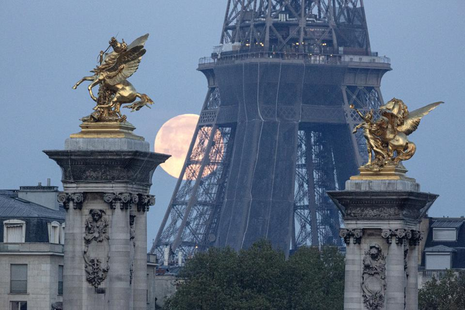 April SuperMoon Shines Over Paris