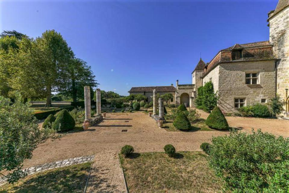 Chat français jardins du palais médiéval et statues en Périgui, s, Tordogne, France