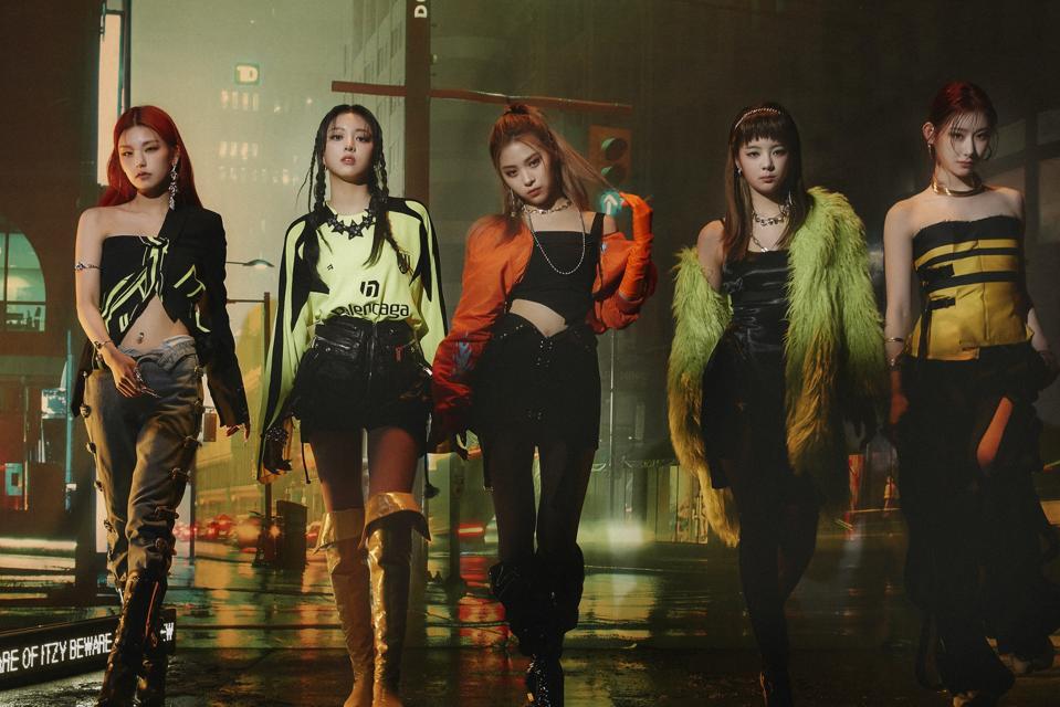 itzy Mafia di Pagi Tebak Siapa album foto grup JYP teaser foto grup 2021 OT5 center Ryujin