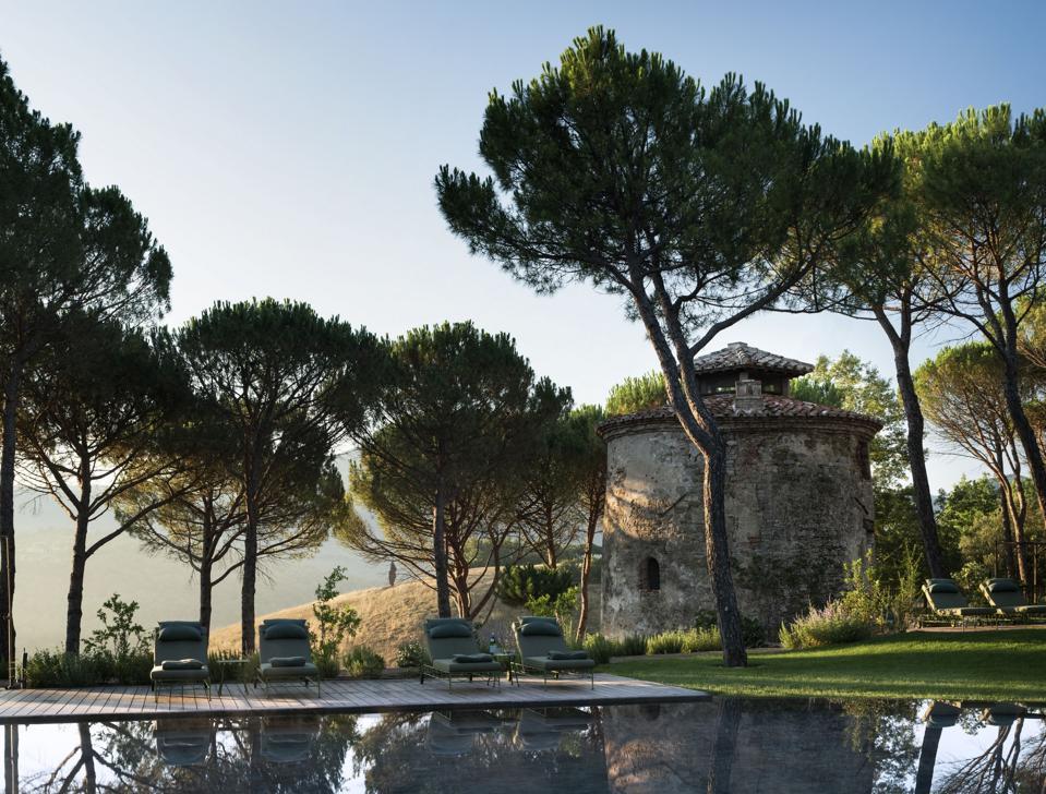 Torre in pietra con piscina