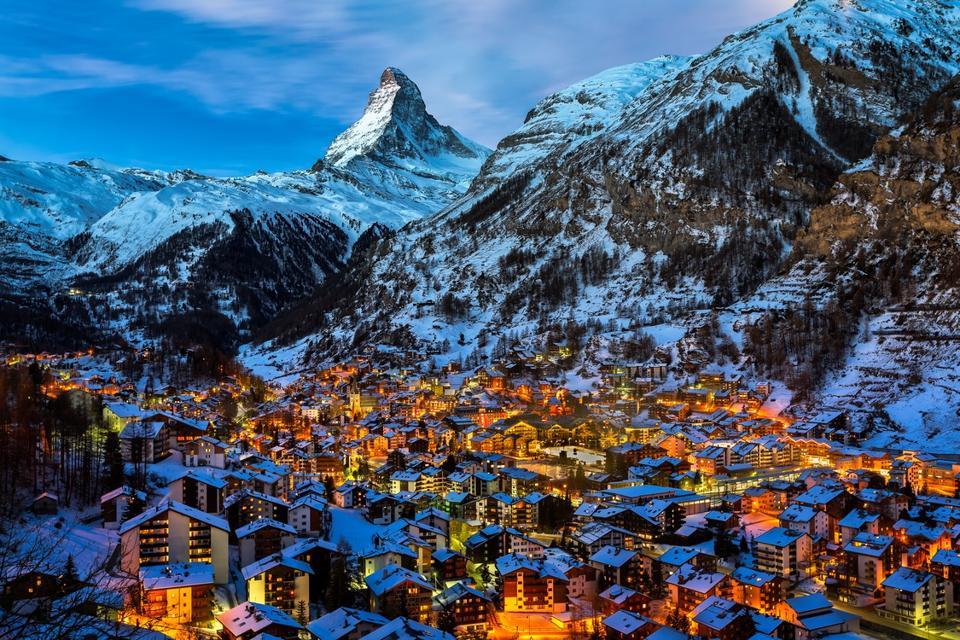 Luftaufnahme des Zermatttals und des Gipfels des Matterhorns im Morgengrauen