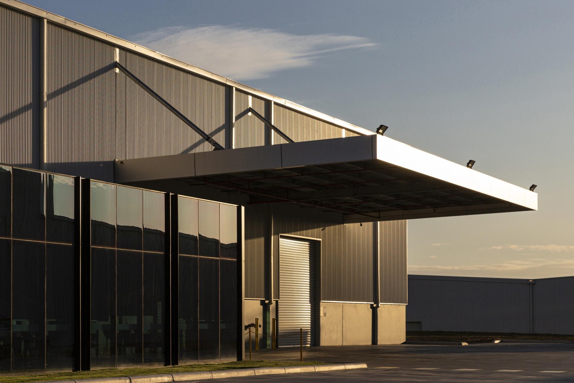 Arquitetura de escritórios e armazéns industriais banhados pela luz da tarde