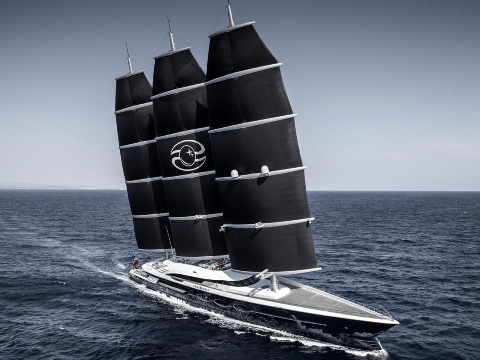 El Black Pearl de 350 pies de largo que se muestra aquí NO es el nuevo superyate de Jeff Bezos.  Pero fue construido por la misma compañía que está construyendo el nuevo yate de Bezos y será similar en su escala masiva.