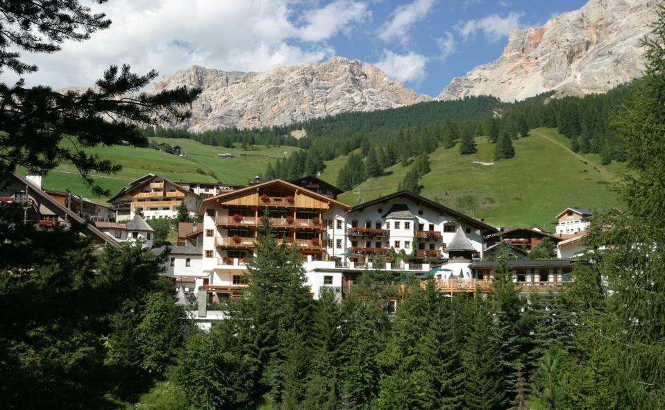 Rosa Alpina, hotel partner di Aman, gestisce un rifugio di montagna a conduzione familiare