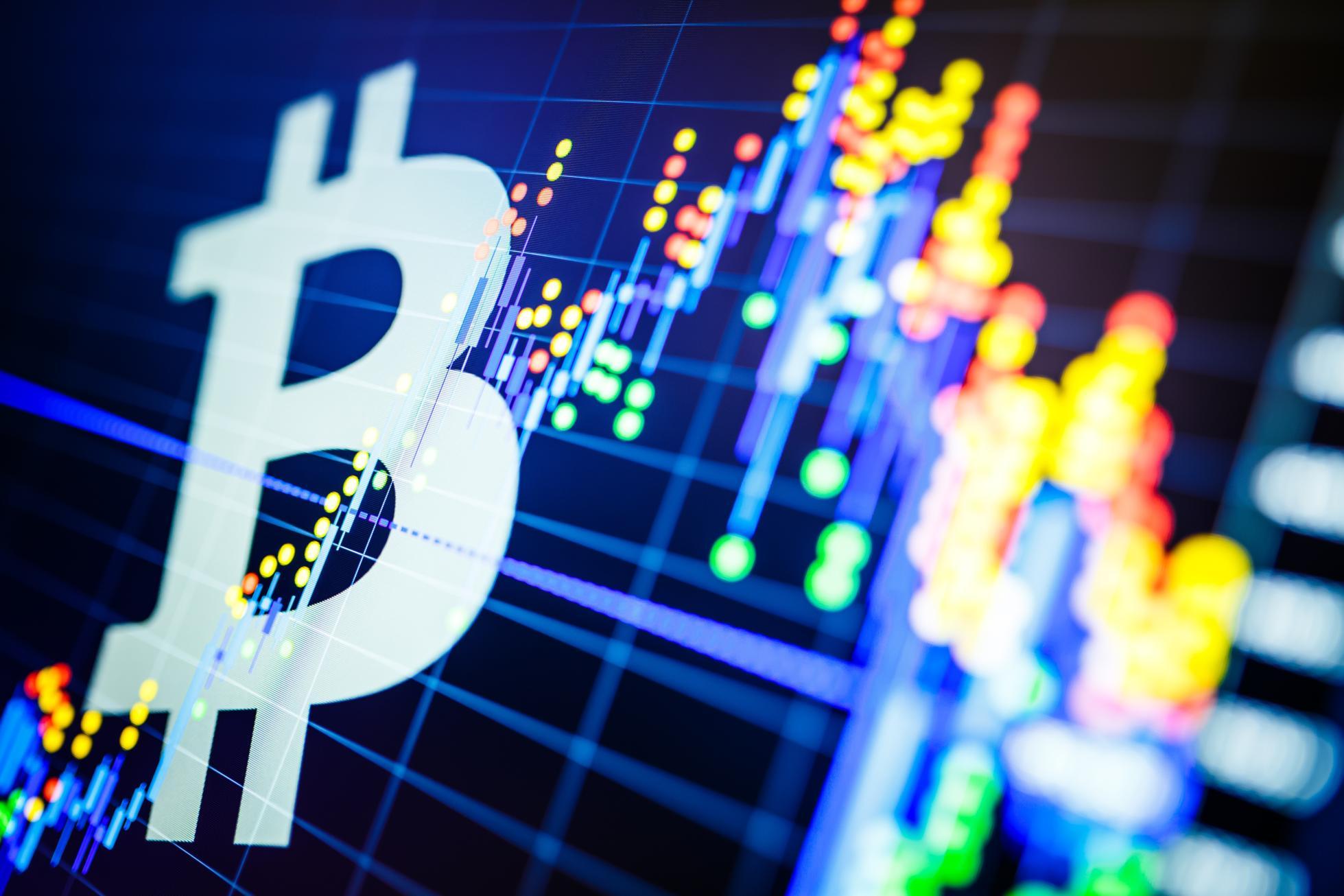 Analisis data di pasar saham bursa: karakter lilin dipajang. Harga Analytics mengubah cryptocurrency BTC menjadi USD (Bitcoin / US Dollar), pasangan paling populer di dunia. Logo Bitcoin Besar.