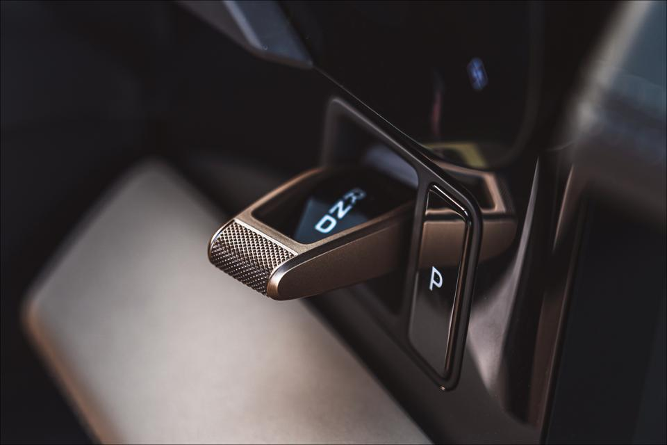 Shift lever knurled end gives tactile information.