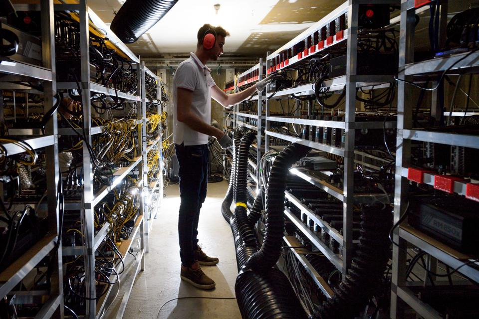 SWITZERLAND-CURRENCY-CRYPTOCURRENCY-COMPUTERS-BLOCKCHAIN