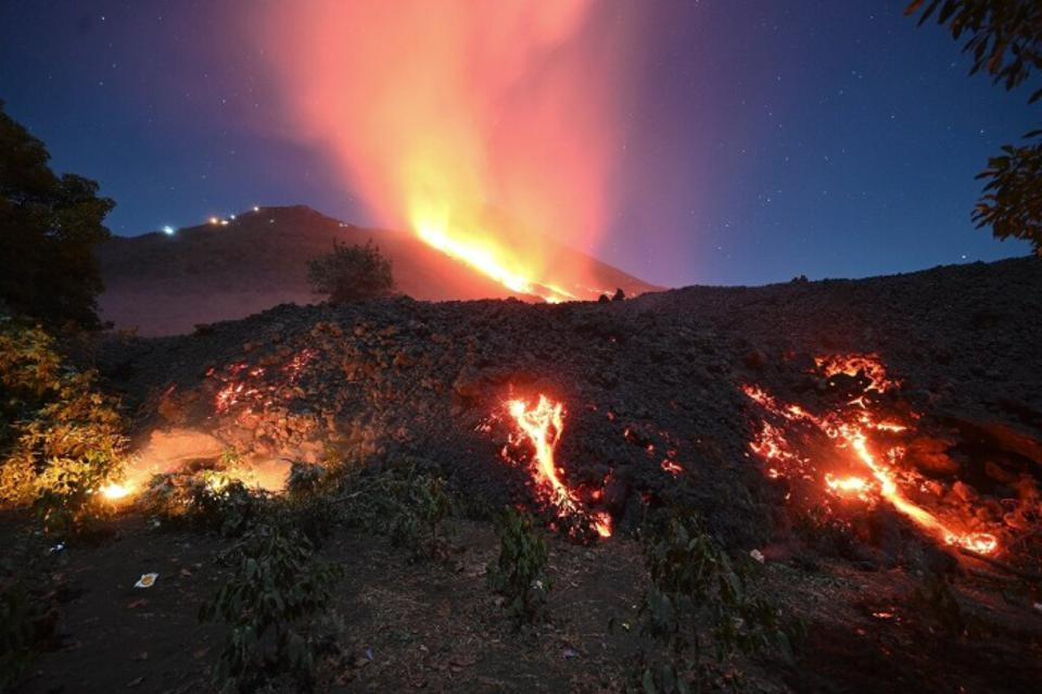 La lava fluye del volcán Pacaya de Guatemala.