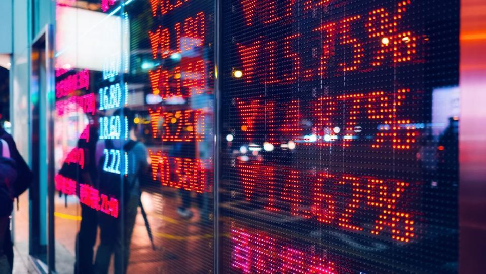 Papan layar tampilan pasar bursa di jalan yang menunjukkan aksi jual jatuh pasar saham dalam warna merah