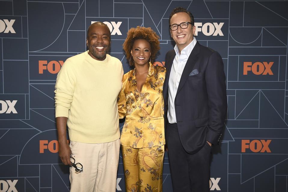 FOX 2021-2022 UPFRONT: LR: Lee Daniels και Karin Gist (εκτελεστικοί παραγωγοί του νέου δράματος FOX KIND OF PEOPLE) με τον διευθύνοντα σύμβουλο της FOX Entertainment, Charlie Collier, κατά τη διάρκεια του FOX 2021-2022 Αντιστοιχεί στις 17 Μαΐου © 2021 Fox Media LLC.  CR: Frank Mikelota / Fox