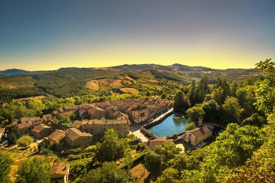 Toscana, Borgo Medievale di Santa Fiora Italia Andare all'estero è un lavoro lontano