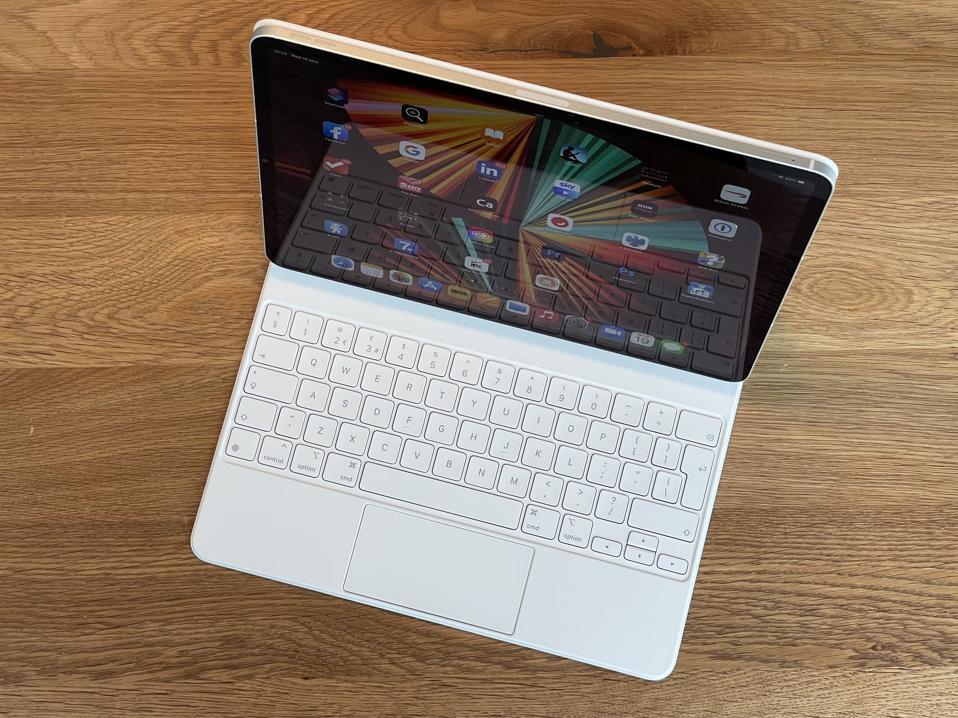 Apple iPad Pro y el nuevo Magic Keyboard blanco.