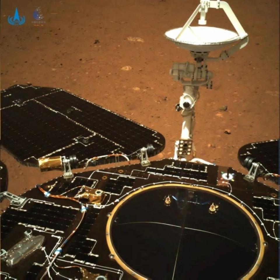 La Cina ha rilasciato le prime foto del suo rover Zhurong su Marte.