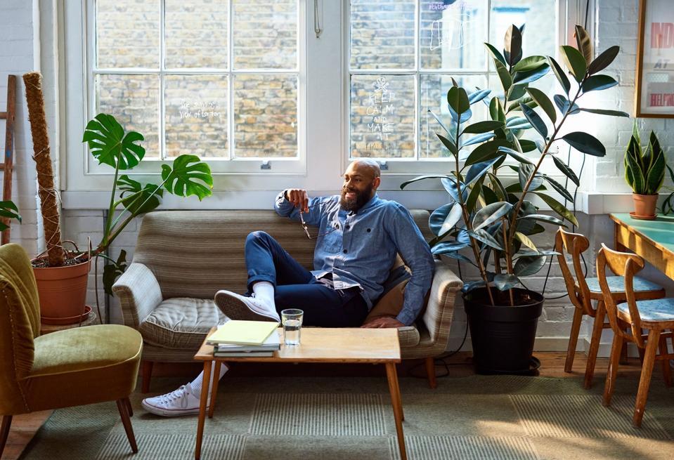 Homme d'affaires confiant prenant une pause au bureau
