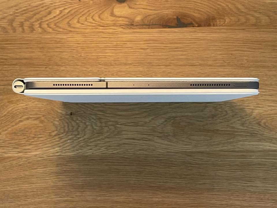 iPad Pro 2020 nel 2021 Magic Keyboard, con un leggero spazio nella parte inferiore all'estremità della cerniera a sinistra.
