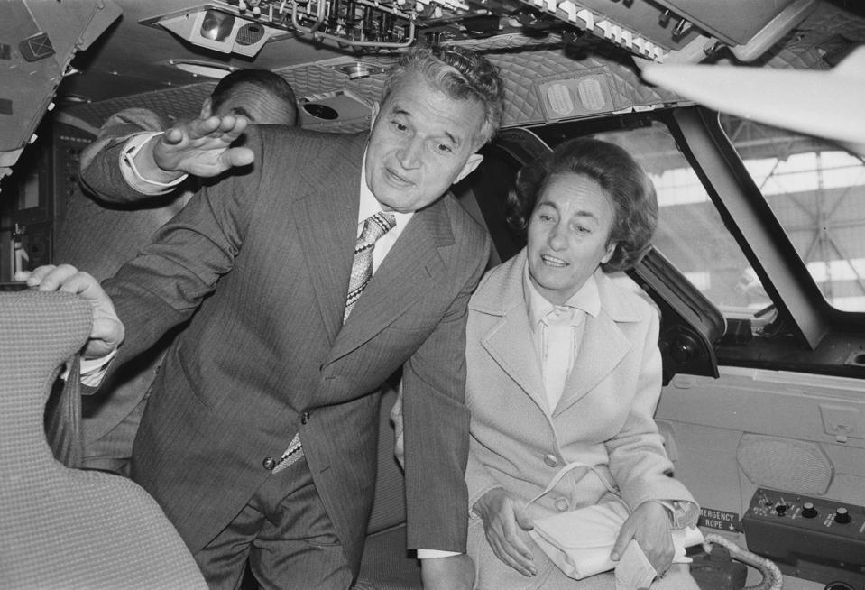 Președinte și doamna Ceaușescu la bordul unui zbor Concorde în Anglia