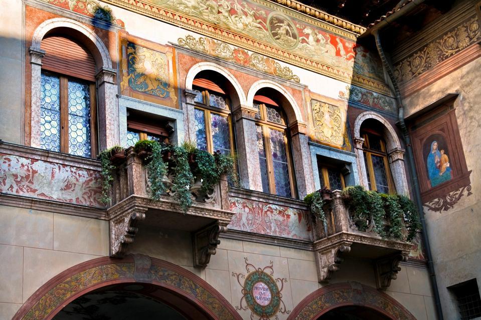 Facciata decorativa a Rovereto.