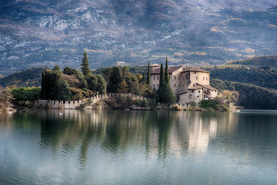 Il castello si trova sul Lago di Toblino.