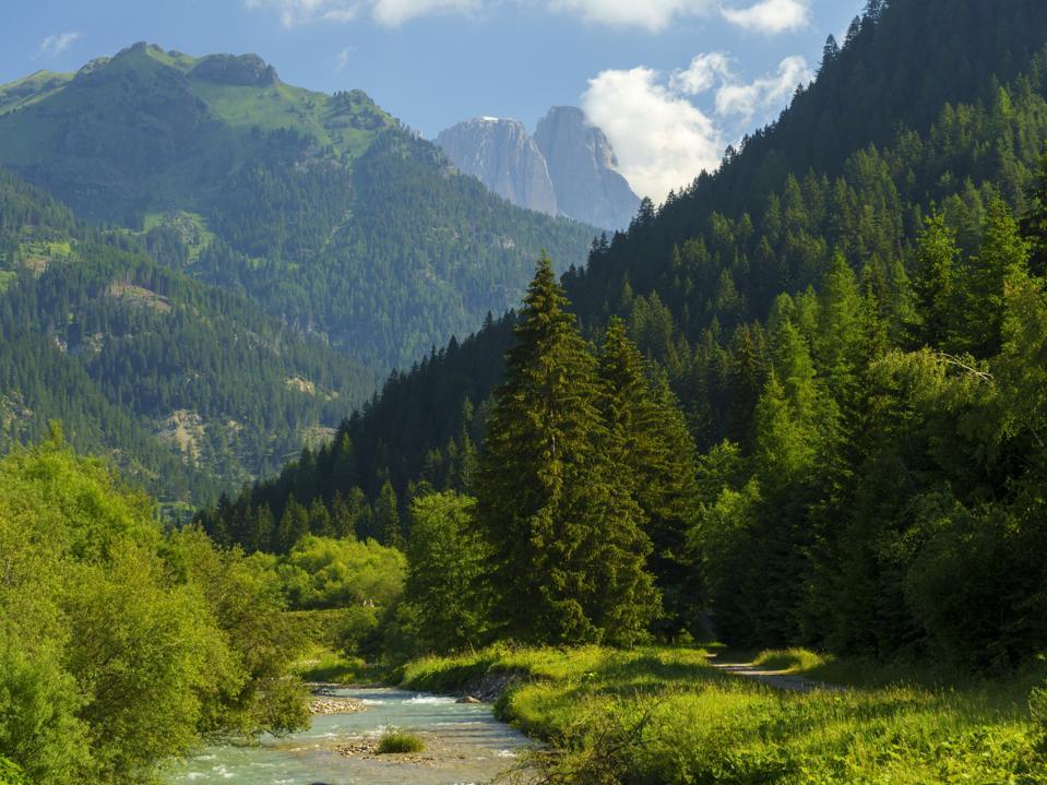 Una vista sulle Dolomiti in estate lungo una tangenziale della Val di Fassa,