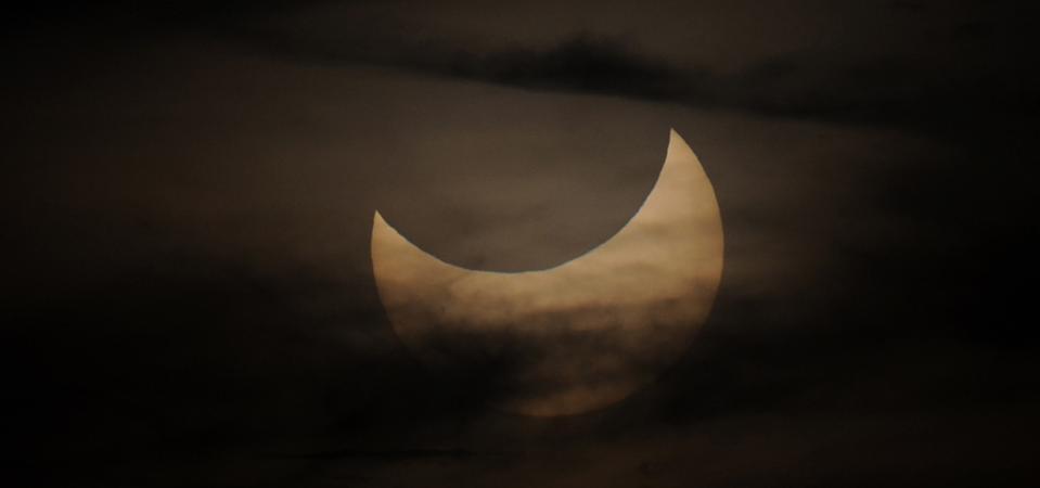 Un eclipse solar parcial visto durante la s