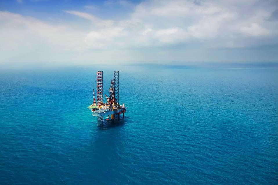Морская нефтяная вышка в персидском заливе
