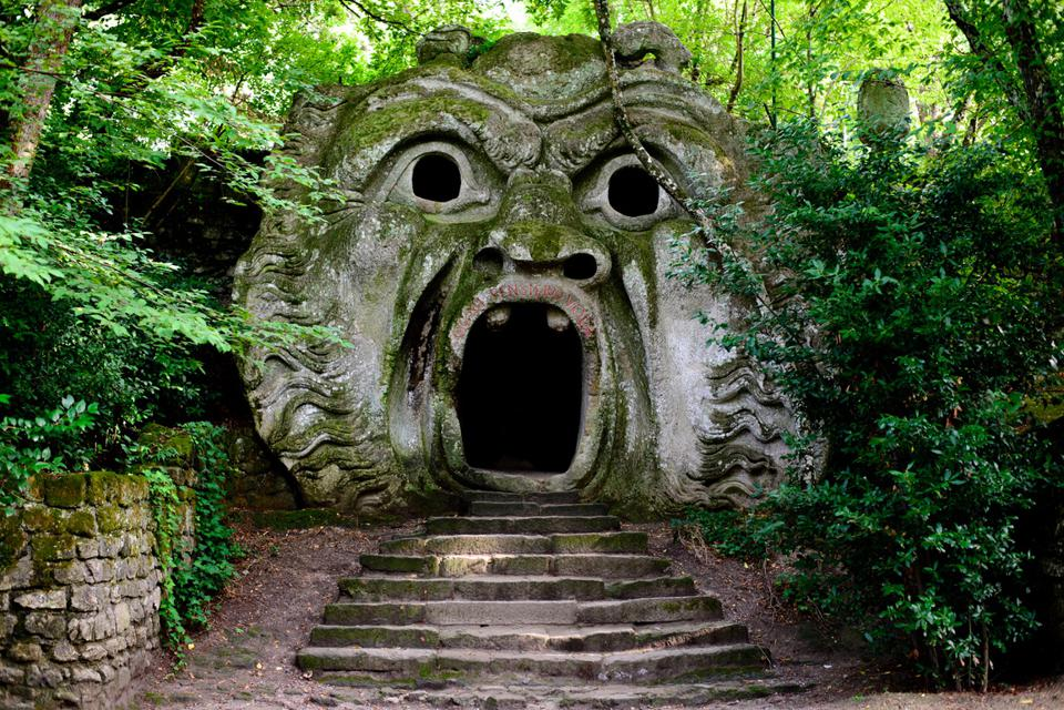 Mostro e raccapricciante scultura nella foresta